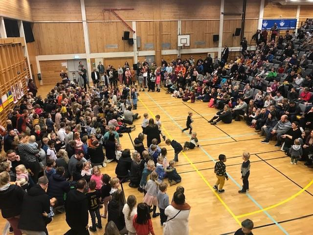 Bilde av mange mennesker i en gymsal